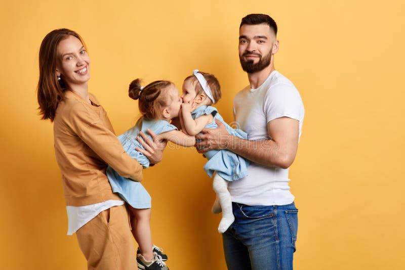 获得年轻的夫妇与逗人喜爱的孩子的乐趣 免版税库存照片
