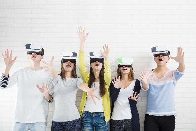 获得年轻的小组与新技术vr的乐趣 免版税图库摄影