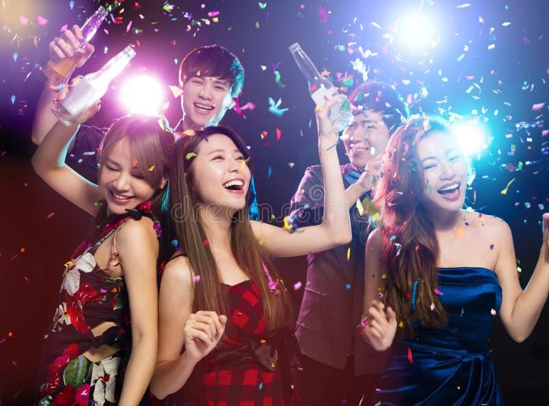 获得年轻的小组享受党和乐趣 免版税库存照片