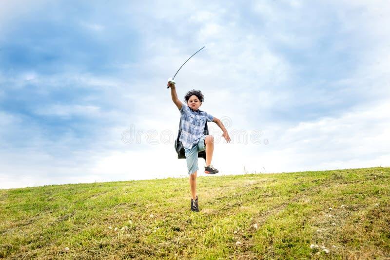 获得年轻的男孩扮演战士的乐趣 免版税库存图片