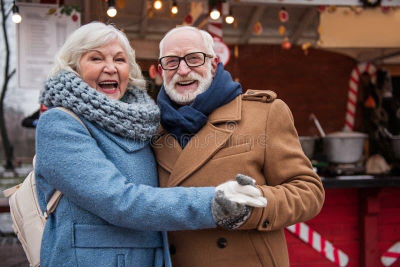 获得微笑的前辈已婚的夫妇室外的乐趣 免版税图库摄影