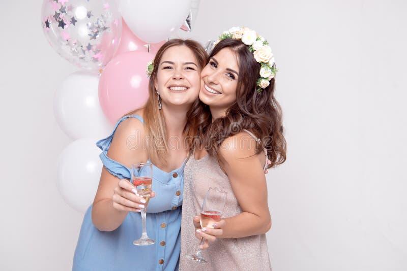 获得微笑的女朋友庆祝bachelorette党的乐趣 库存照片