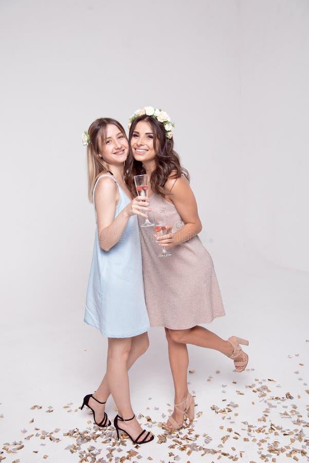 获得微笑的女朋友庆祝bachelorette党的乐趣 免版税库存照片