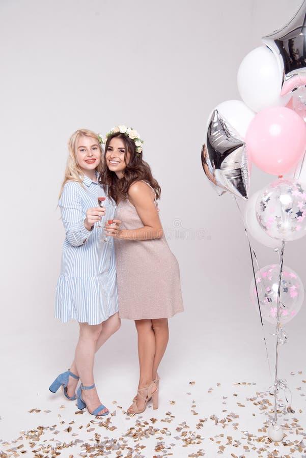 获得微笑的女朋友庆祝bachelorette党的乐趣 免版税库存图片