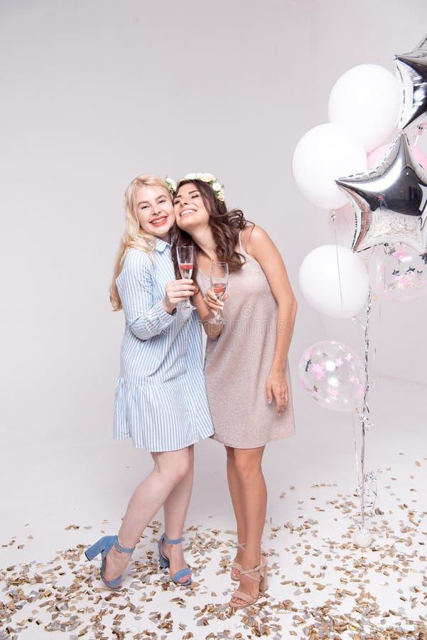 获得微笑的女朋友庆祝bachelorette党的乐趣 图库摄影