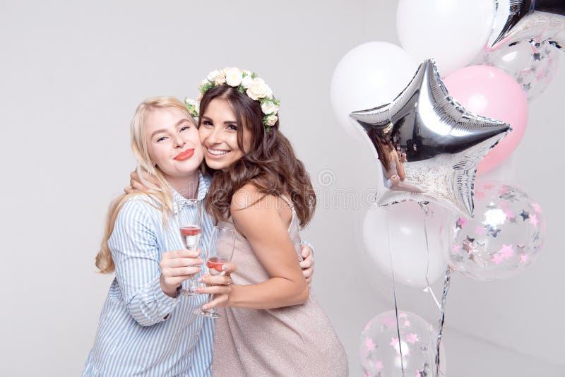 获得微笑的女朋友庆祝bachelorette党的乐趣 库存图片