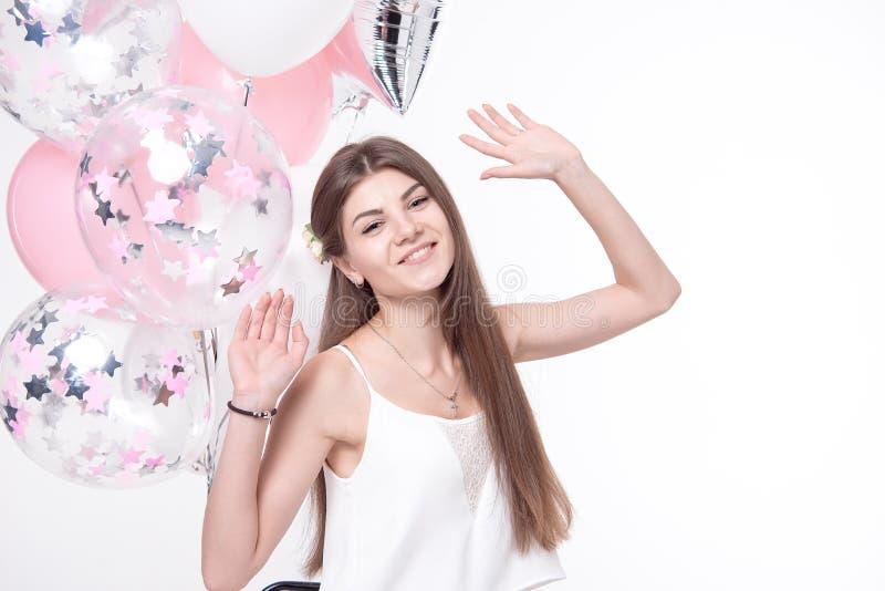 获得微笑的美丽的妇女与气球的乐趣 库存照片