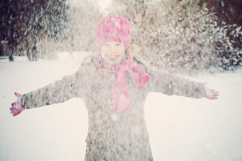 获得愉快的儿童的女孩使用与雪的乐趣 免版税库存图片