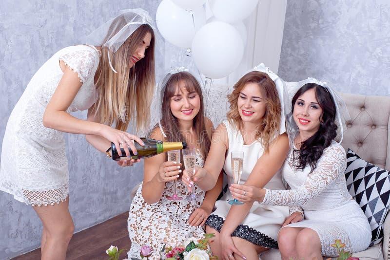 获得愉快的女孩乐趣,饮用的香槟,母鸡党 免版税图库摄影