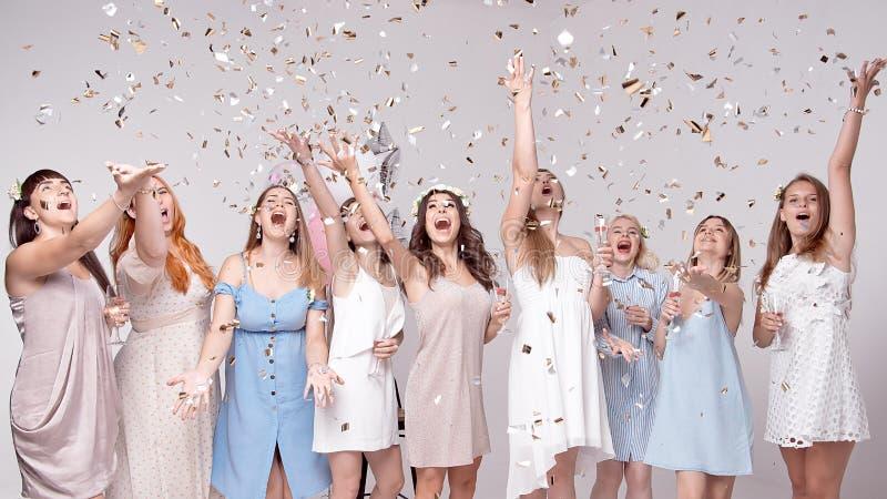获得愉快的女孩喝用在党的香槟的乐趣 夜生活, bachelorette党的概念,母鸡党 免版税库存图片