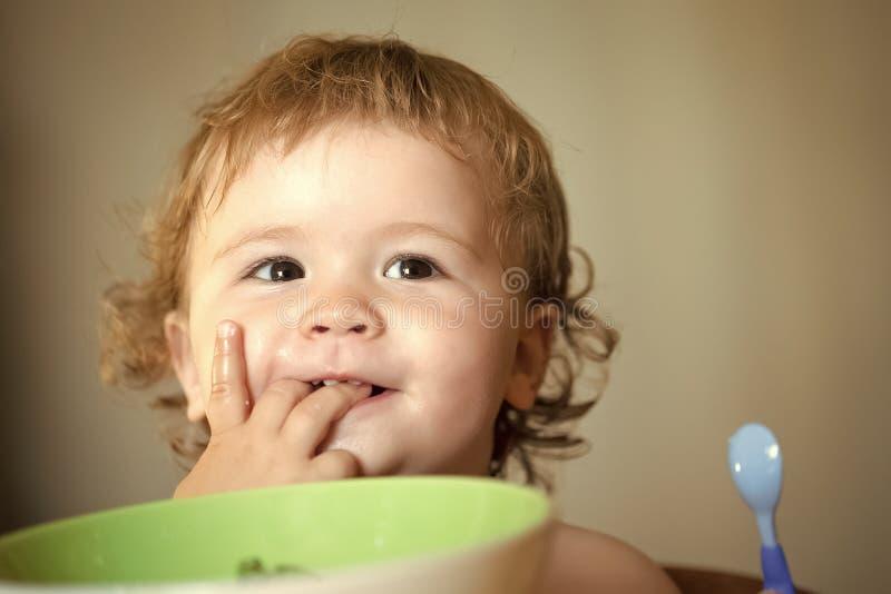 获得愉快的孩子乐趣 画象甜男婴吃 库存图片
