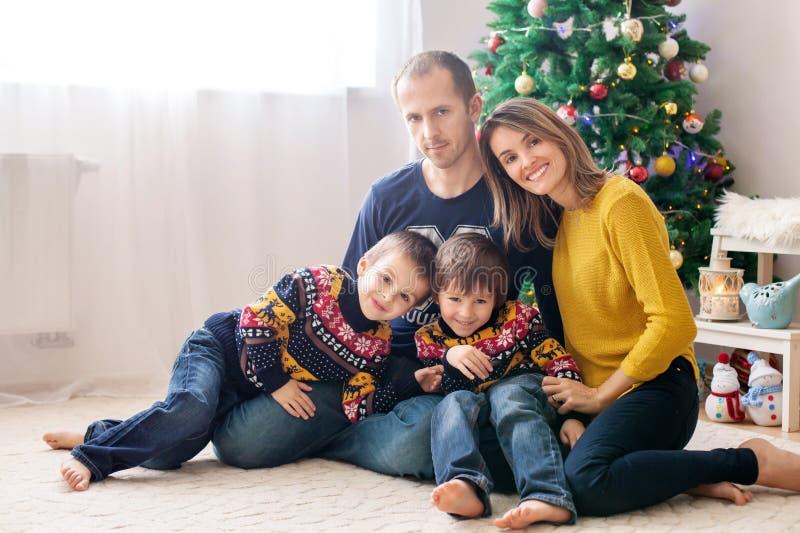 获得愉快的家庭乐趣在家,圣诞节家庭画象 图库摄影