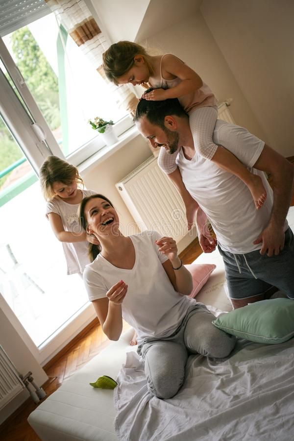 获得愉快的家庭在床上的乐趣 库存图片