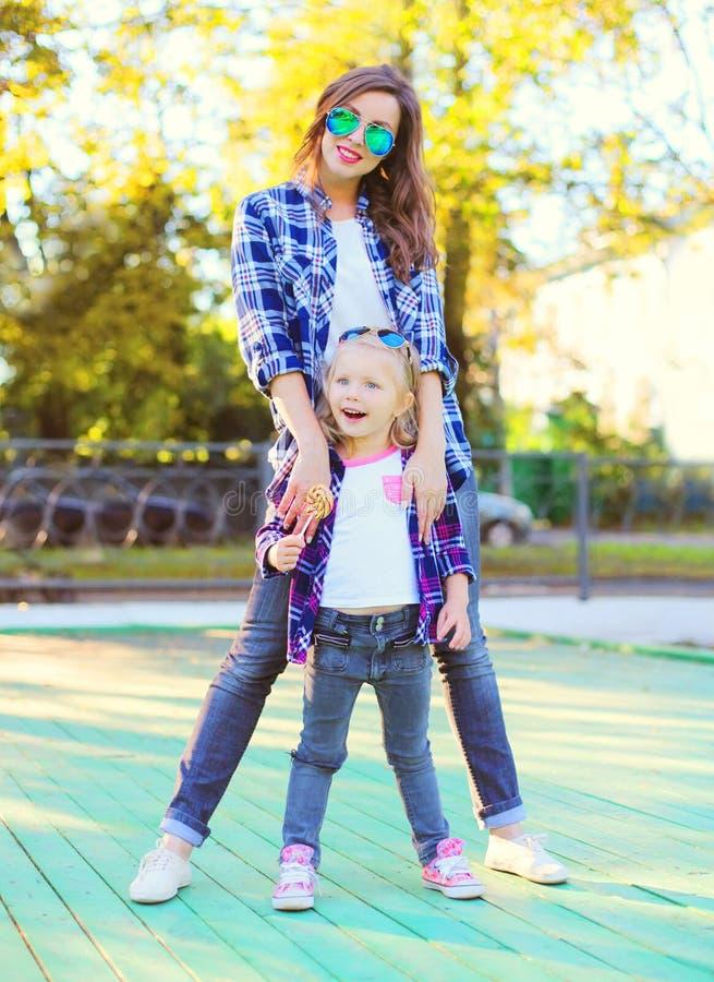 获得愉快的年轻母亲和儿童的女儿乐趣一起 免版税库存照片