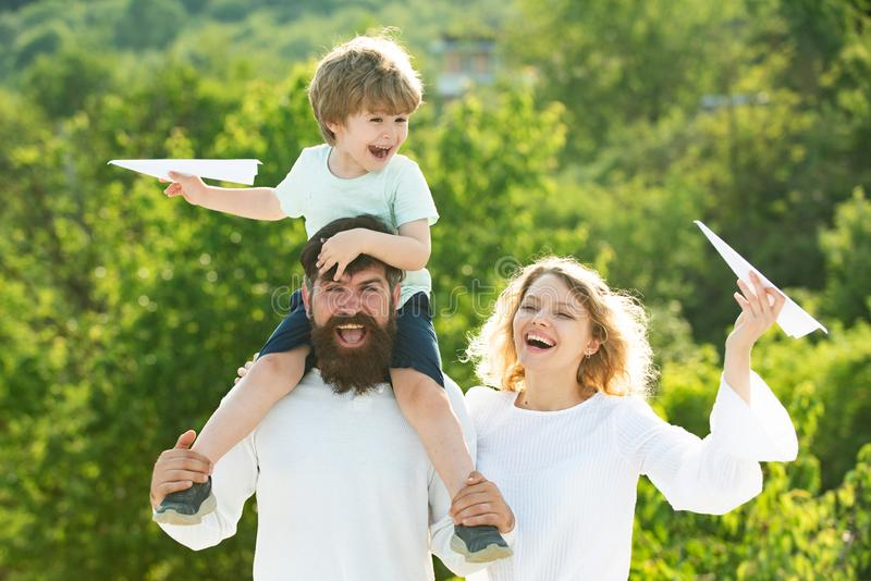获得愉快的快乐的家庭乐趣投掷悬而未决小男孩孩子 母亲父亲和儿子 r 免版税库存图片