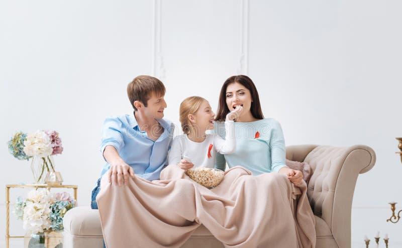 获得愉快的正面的家庭乐趣一起 免版税图库摄影