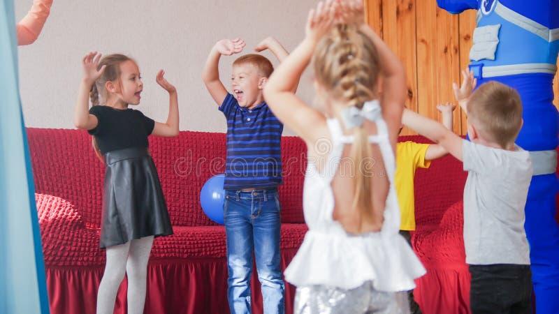 获得愉快的激动的小孩乐趣一起 免版税图库摄影