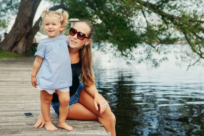 获得愉快的白白种人母亲和女儿的孩子乐趣外面 库存照片