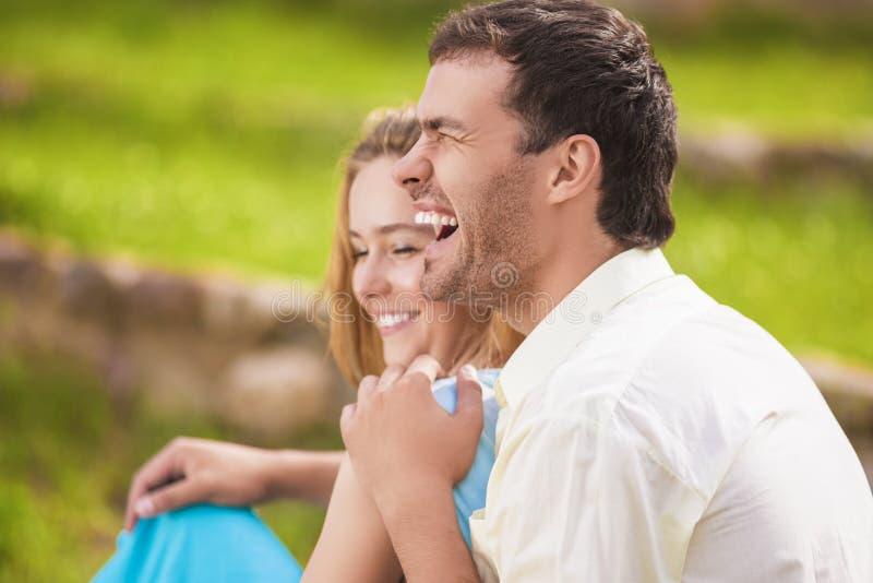 获得愉快的笑的白种人的夫妇画象乐趣户外 免版税库存图片