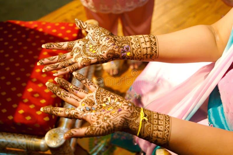 获得无刺指甲花印第安婚礼的应用的新娘 免版税图库摄影