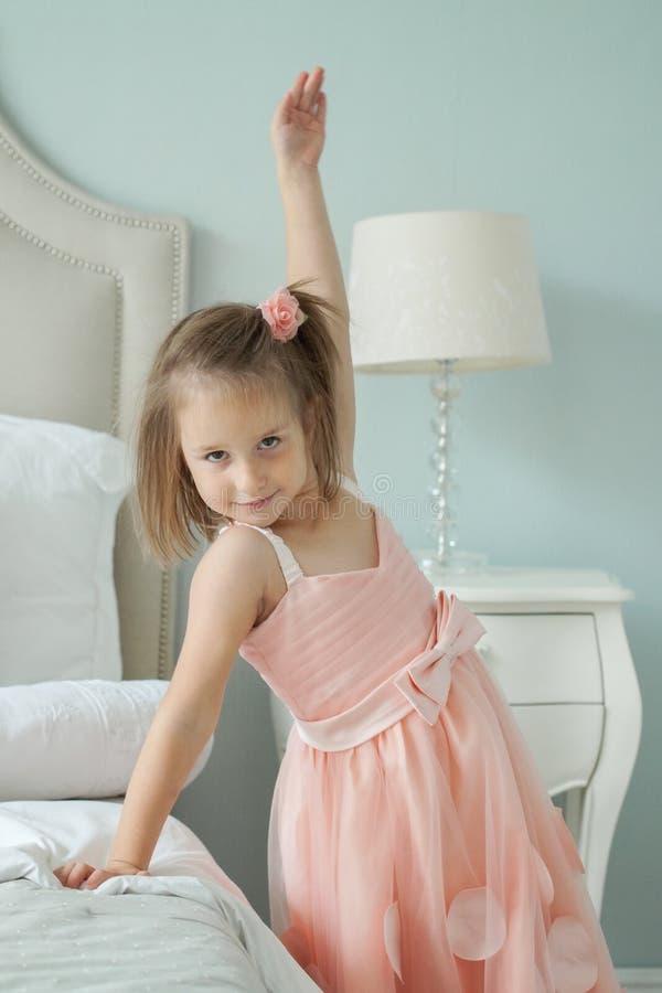 获得滑稽的女孩乐趣在家 库存图片
