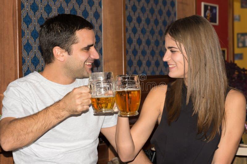 获得的夫妇一起喝和乐趣 图库摄影