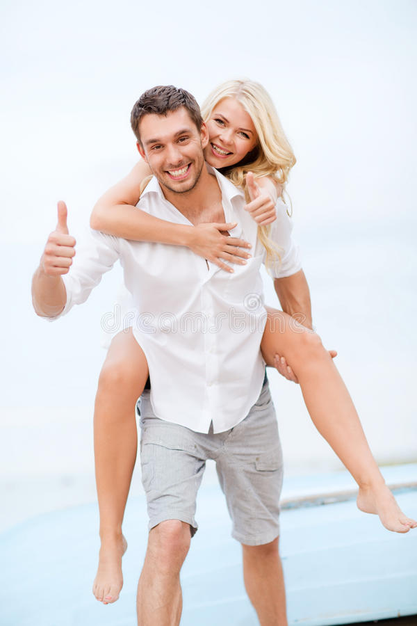 获得的夫妇在海滩的乐趣 库存照片