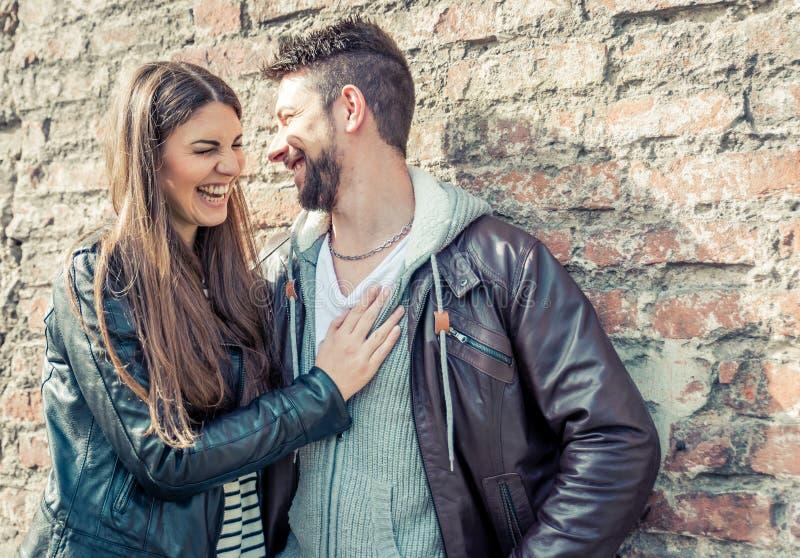 获得的夫妇笑和乐趣 免版税库存照片