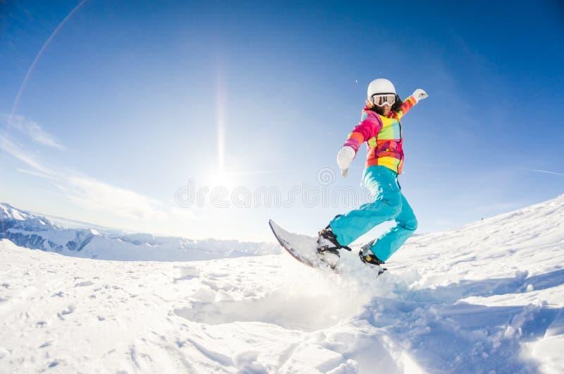 获得的女孩在她的雪板的乐趣 免版税库存照片