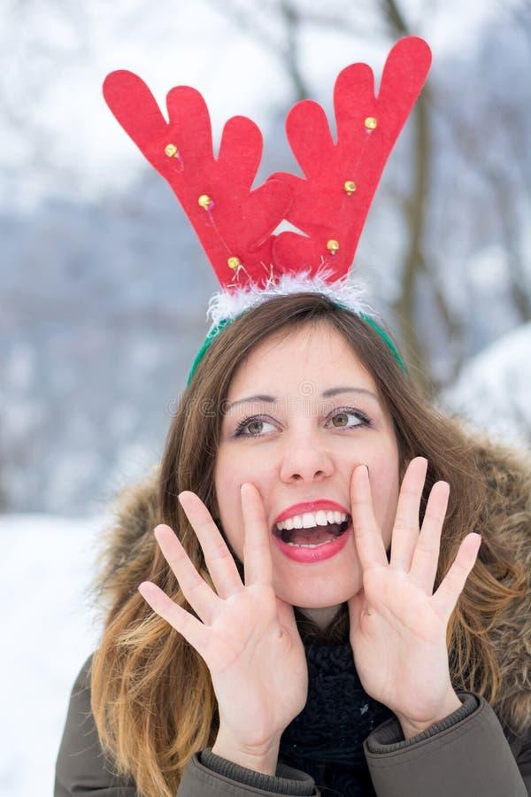 获得的妇女乐趣在一个冷的冬日 免版税库存图片