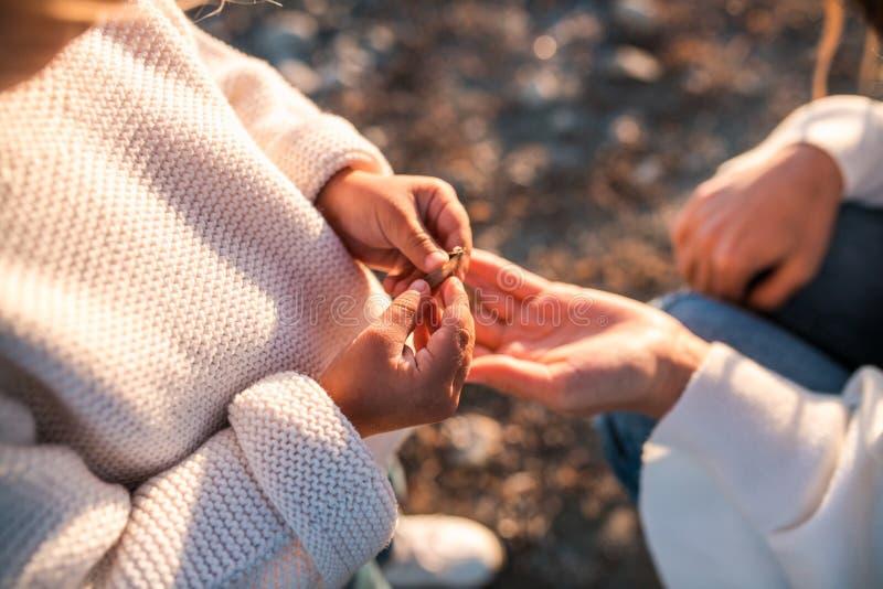 获得的妈咪和的女儿乐趣一起户外 免版税库存图片