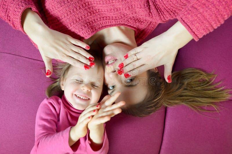 获得的妈妈和的女儿乐趣一起 库存图片