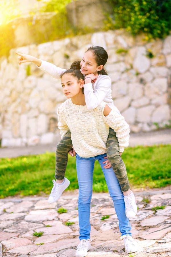 获得的姐妹室外的乐趣 库存照片
