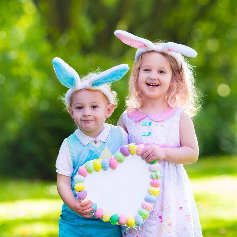 获得的孩子在复活节彩蛋狩猎的乐趣 库存图片