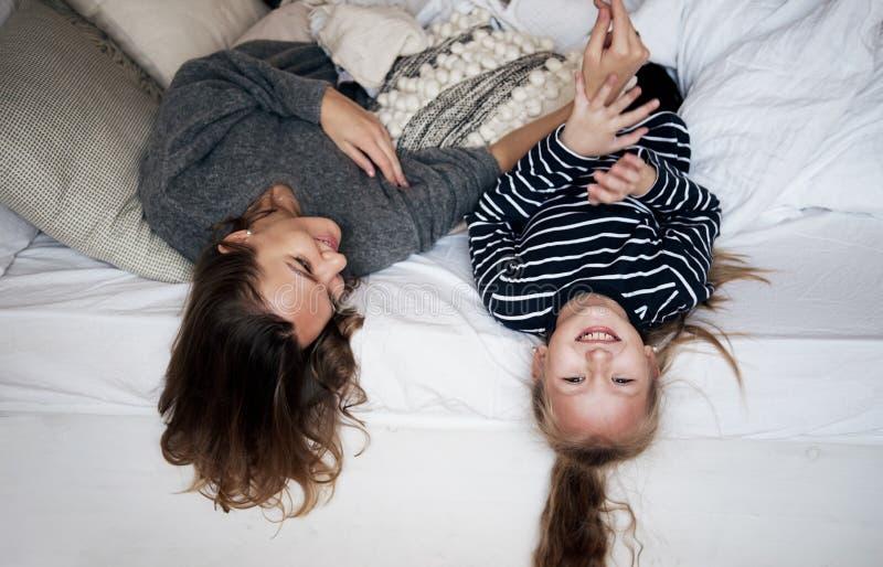 获得的家庭乐趣在家 使用与孩子的愉快的年轻母亲 免版税图库摄影