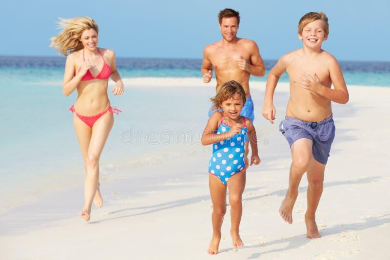 Download 获得的家庭海滩假日的乐趣 库存照片. 图片 包括有 愉快, 系列, 妈咪, 马尔代夫, 爸爸, 运行, 子项 - 30329192