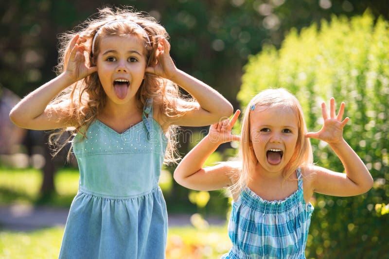 获得的小女孩乐趣一起 库存图片