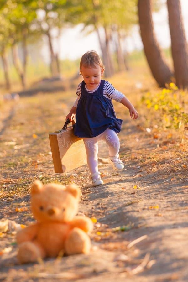 获得的小女孩在美好的秋天天的乐趣 库存图片