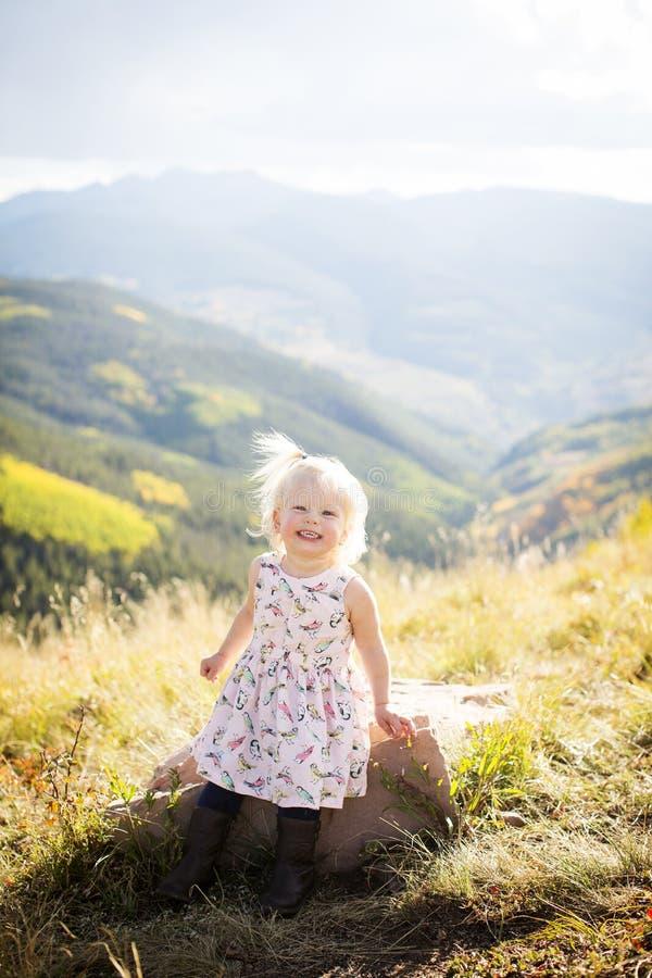 获得的小孩在山上面的乐趣 库存图片