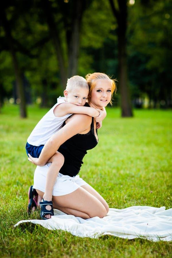 获得的小男孩与他的母亲的乐趣 库存图片