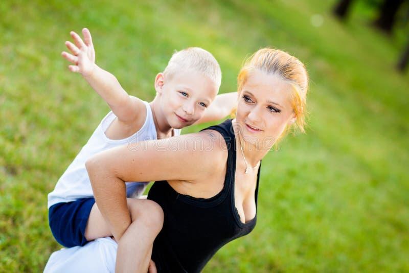 获得的小男孩与他的母亲的乐趣 图库摄影