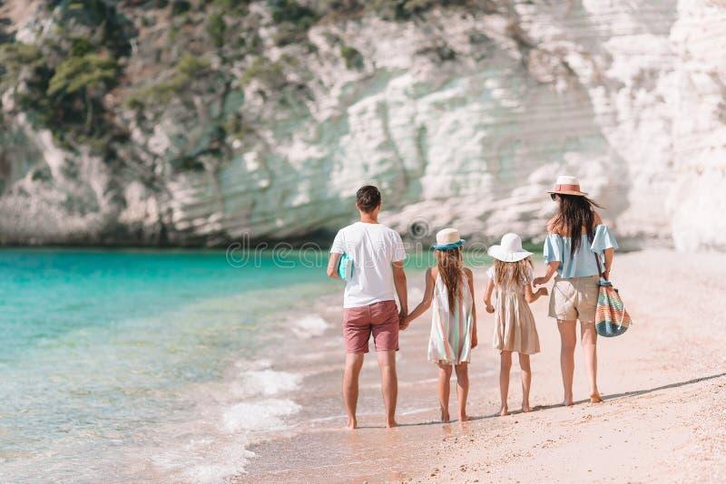 获得的幸福家庭照片在海滩的乐趣 r 免版税图库摄影