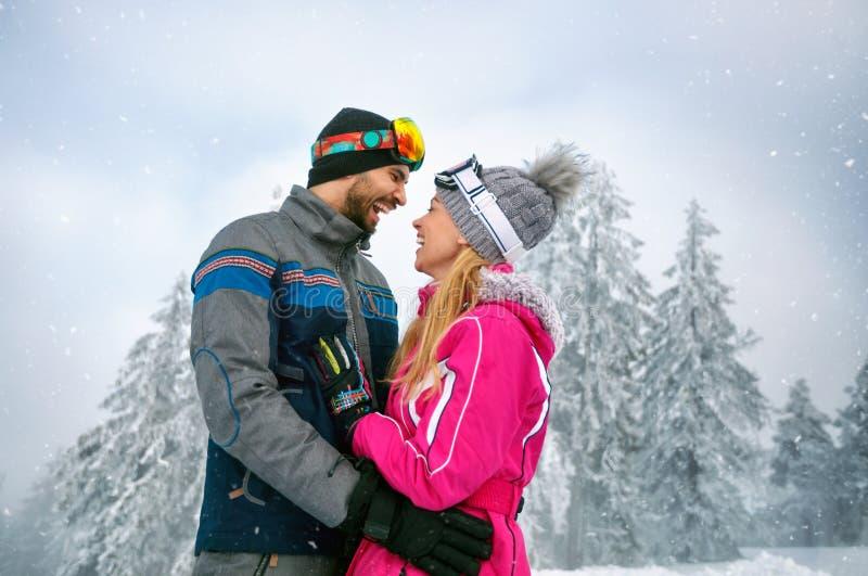 获得的挡雪板夫妇在山的乐趣 免版税库存照片