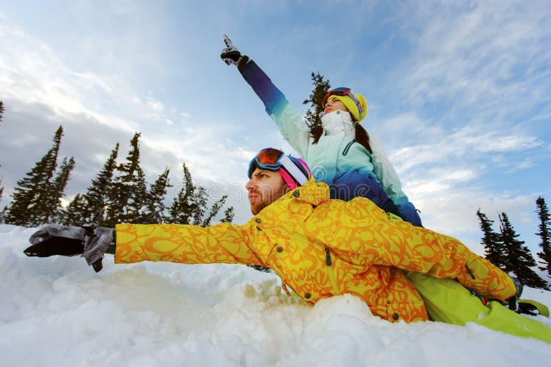 获得的挡雪板愉快的夫妇乐趣 免版税库存照片