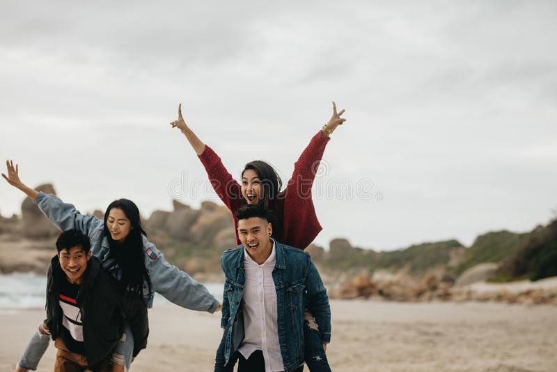 获得的朋友乐趣海滩假期 免版税库存图片