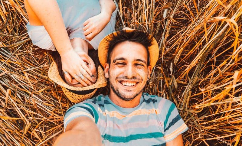 获得的朋友在一辆敞篷车汽车的乐趣 免版税库存照片
