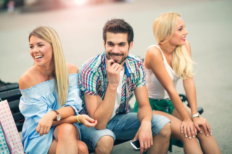 获得的朋友在长凳的乐趣 免版税图库摄影