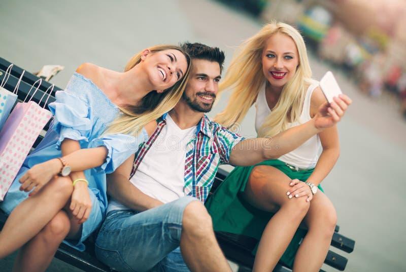 获得的朋友在长凳的乐趣 库存照片