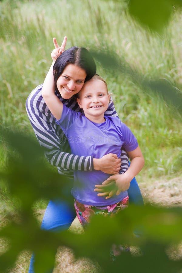 获得的母亲与她的daugther的乐趣 免版税库存照片