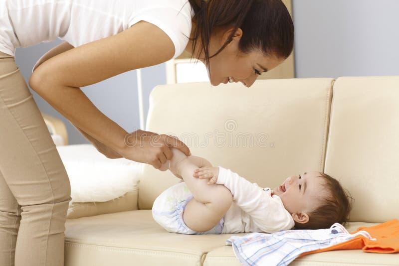 获得的母亲和的婴孩乐趣 库存照片